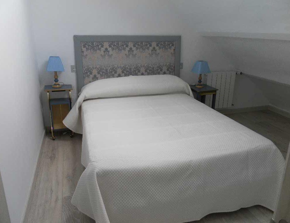 Cama-matrimonio-buhardilla-Horneros-3-Sierra-Baja-Otero-de-Herreros-Segovia